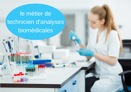 Technicienne de laboratoire en train d'analyser un prélèvement